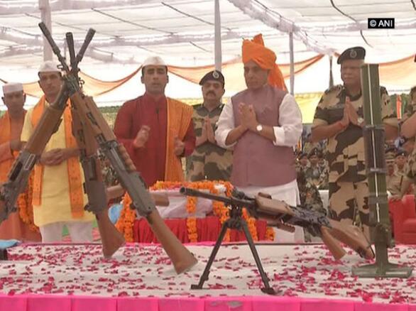 印度内政部长辛格出席边境安全部队活动 为一把机枪做祷告