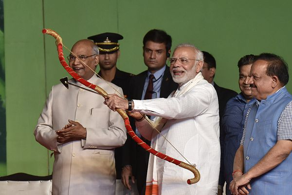 """印度总理莫迪出席十胜节庆祝活动""""剑拔弩张"""""""