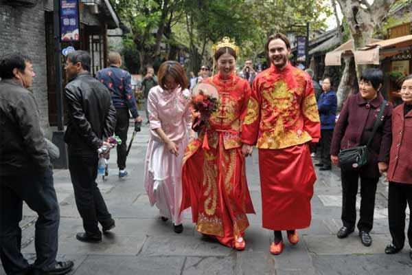 丹麦小伙举行中式婚礼迎娶成都姑娘