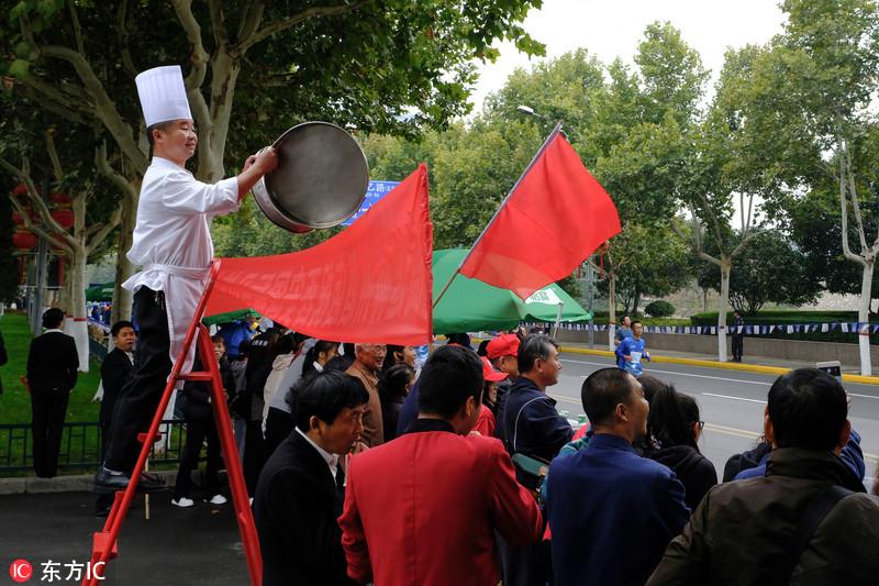 厨师敲蒸锅如敲锣为选手加油 2018西安国际马拉松趣事多