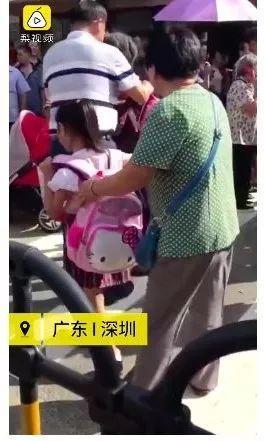 该不该替孩子背书包?校长制止家长替孩子背书包引热议
