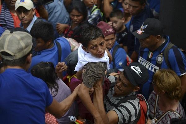 4000移民强势入境墨西哥 与警方起暴力冲突(图)
