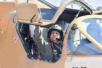 埃及总统亲自进入卡-52武装直升机驾驶舱视察