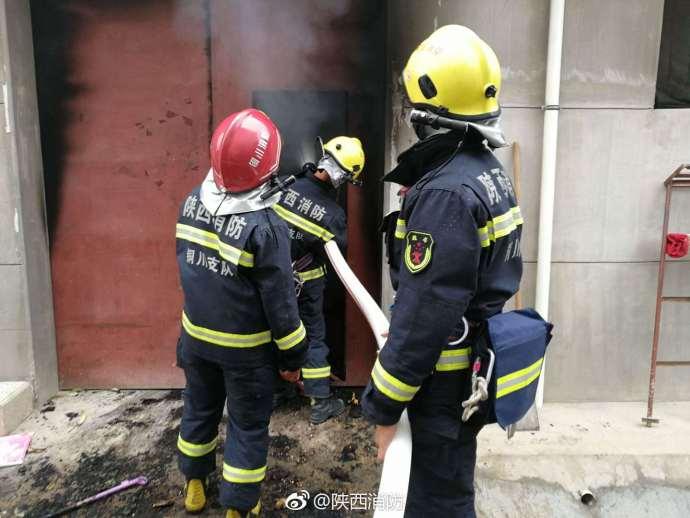 陕西铜川新区袁家村一处民房着火  消防疾速扑救