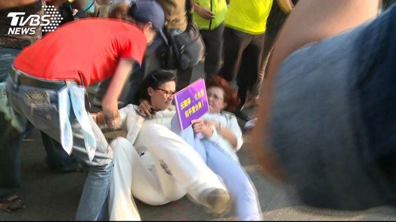 台统派女将闯民进党游行遭扑倒险被殴打,肋骨受伤住院
