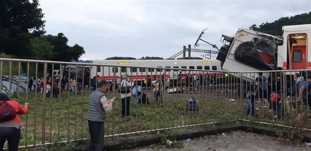 台湾宜兰火车出轨百余人死伤,5节车厢翻覆场面触目惊心