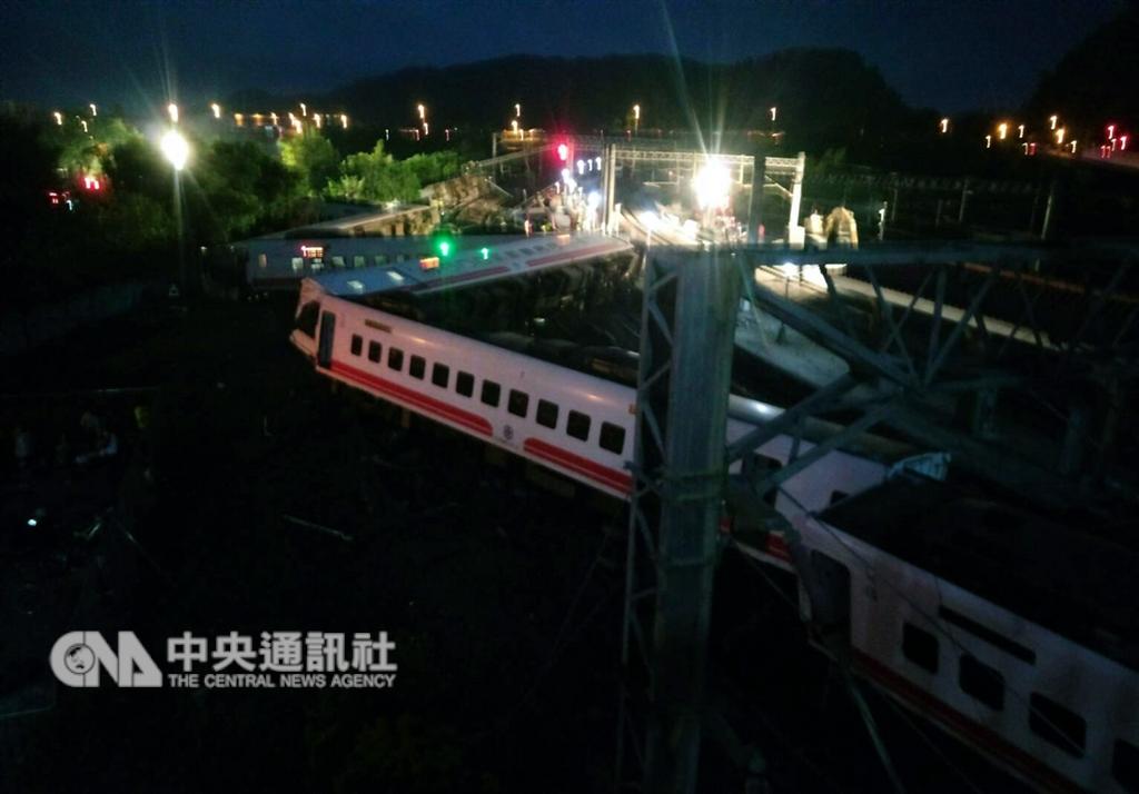"""台铁""""普悠玛号""""出轨百人死伤,成台湾引进该型号列车后最严重事故"""