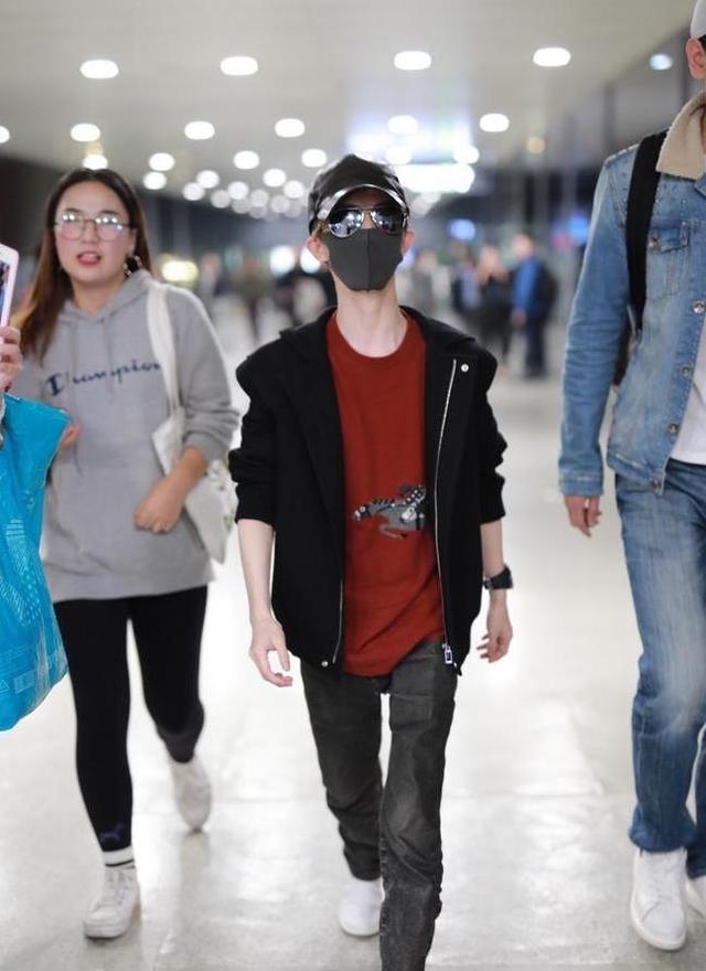 郭敬明和助理才是最萌身高差 还不到助理的肩膀 女粉丝比他还高