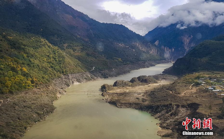 西藏雅鲁藏布江堰塞湖自然过流 水位下降