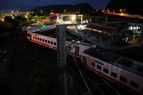 台铁列车翻车前曾停车、停电 列车长广播机械故障