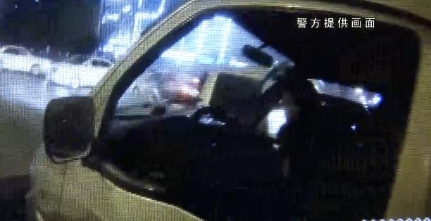 面包车散发酒味司机却未酒驾 运载百公升危化品