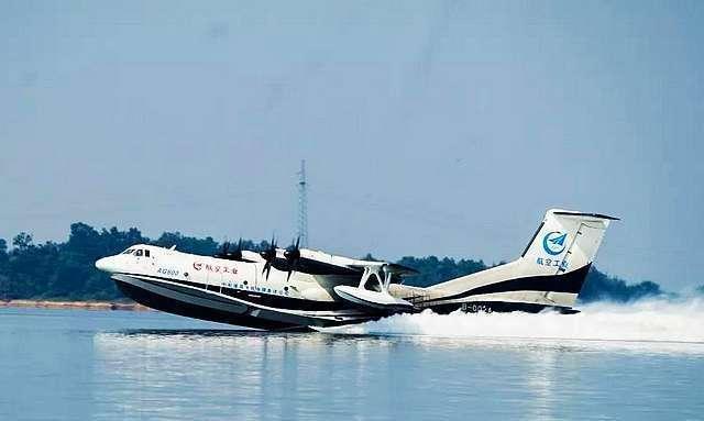 """""""鲲龙""""出水一飞冲天 国产两栖飞机AG600水上首飞"""