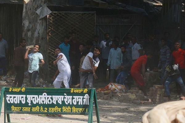 印度火车撞进人群事故已致61人死亡 遇难者家属持续抗议