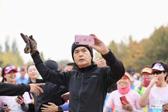 周潤發再次現身奧林匹克森林公園 偶遇盲人跑團