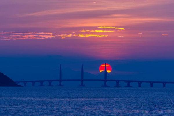旭日映衬港珠澳大桥 风景秀丽迷人
