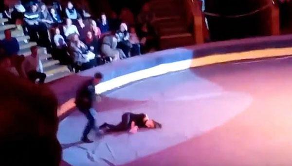 俄杂技演员表演空中技巧时失手坠落惊呆观众