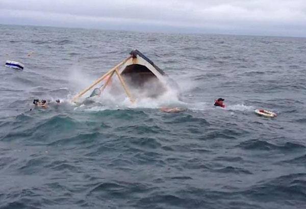 爱尔兰两渔民遇风浪遭遇翻船 临危不惧成功获救