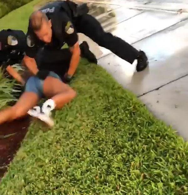 美国两警察按倒14岁少女殴打被指暴力执法