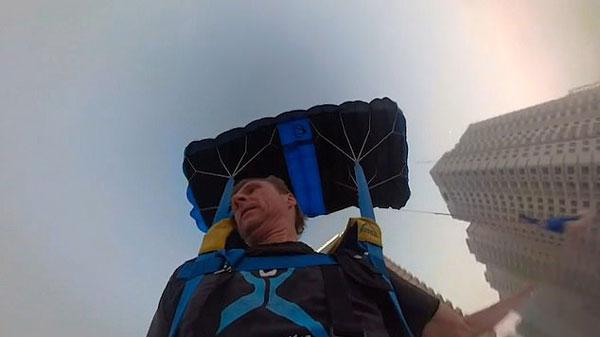 """阿联酋男子29楼大胆玩跳伞 只为""""给妻子买牛奶"""""""