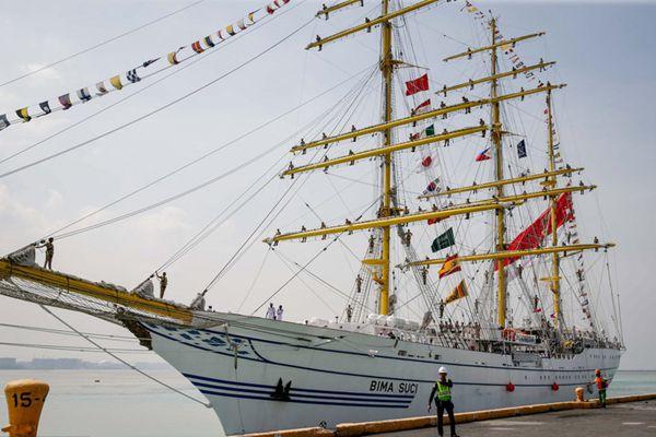 """印尼海军风帆训练舰访菲 船员齐""""挂""""桅杆蔚为壮观"""