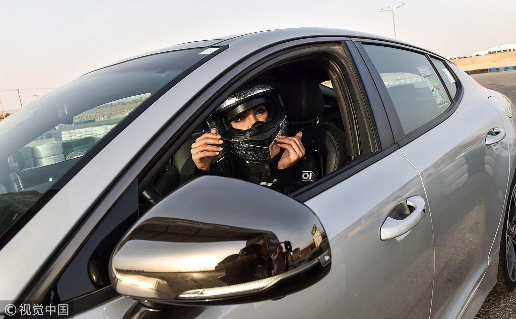 开车解禁还不够 这位沙特美女要当赛车手!