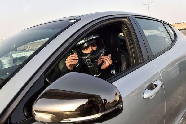 这位沙特美女要当赛车手!