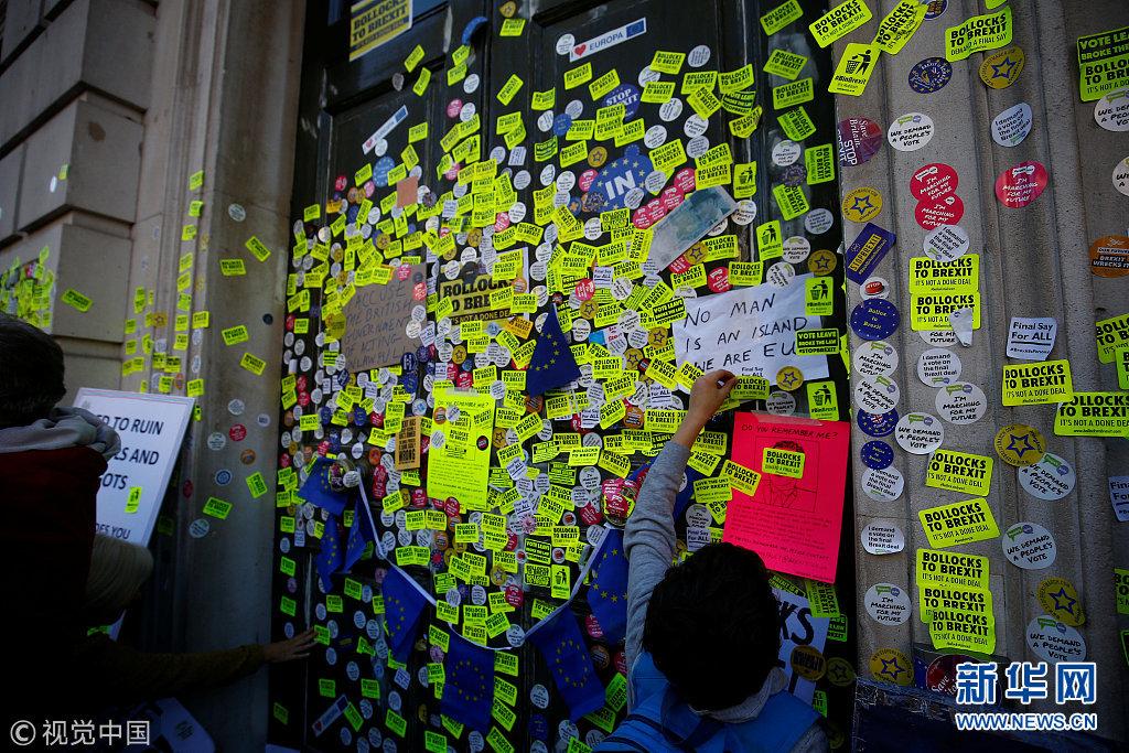 """英国民众参加反""""脱欧""""游行 内阁办公室被贴满反""""脱欧""""贴纸"""