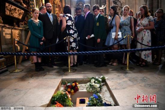 霍金的轮椅等22件遗物将拍卖 论文估价10-15万英镑
