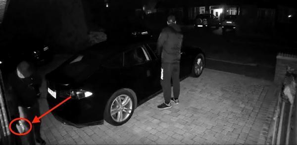 英国小偷秒开特斯拉Model S车门:不会拔充电头