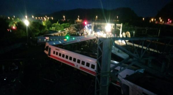台铁乘客称事发前曾广播有引擎故障,驾驶员说曾碾过不明物