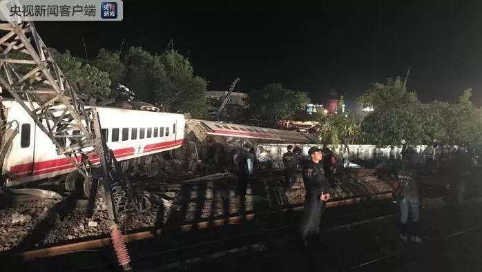 台湾列车出轨侧翻已致18人死亡
