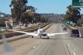 美小型飞机紧急迫降公路 司机惊呆纷纷避让