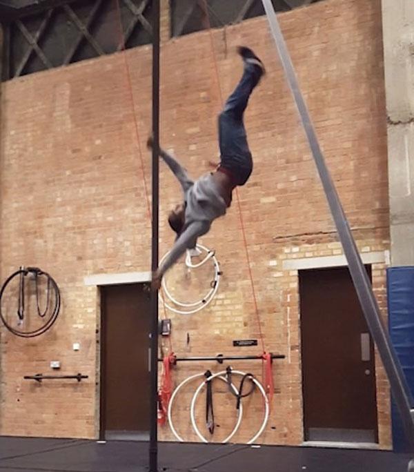 """国外小伙表演""""人体旗帜"""" 仅用双手爬到铁杆顶端"""