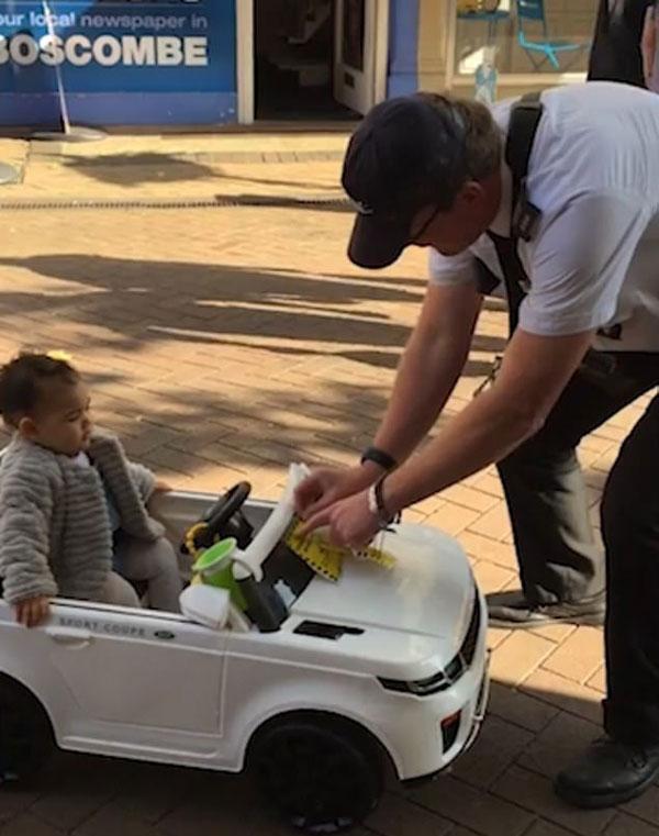 皮一下很开心!英交通管理员给儿童玩具车开罚单