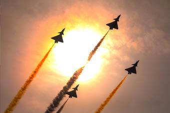 歼10空中跳芭蕾!空军八一飞行表演队高水平炫技