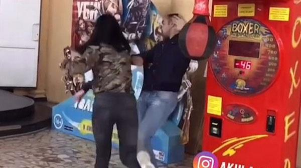 """女子游乐场玩拳击游戏 """"意外""""击中男友"""