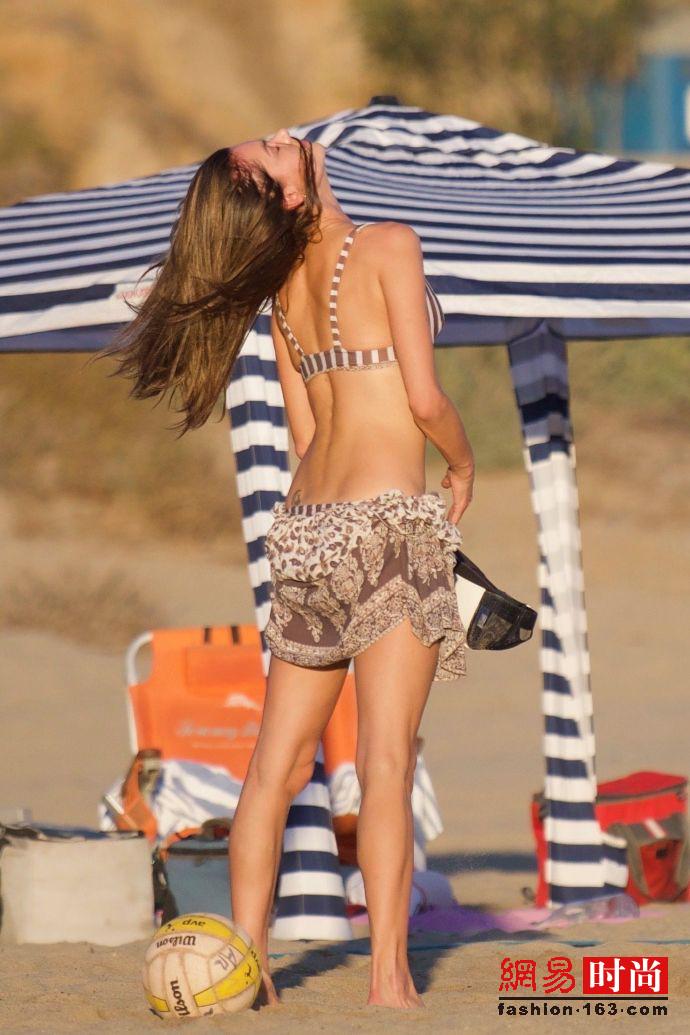 37岁AA在海边晒太阳连背影都这么年轻这么美