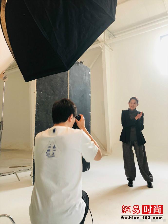 59岁倪萍开工拍形象照 年轻了也变苗条了