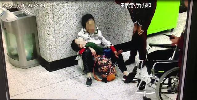 老人抱着外孙突发颈椎病晕倒,地铁工作人员悉心照料联系家属