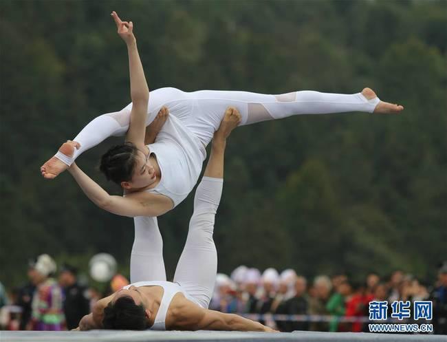 瑜伽选手秀身姿(组图)