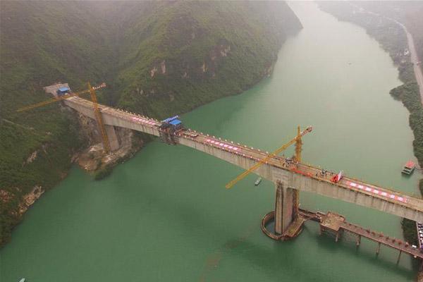 渝怀铁路涪秀二线重点工程——乌江右线大桥主跨成功合龙