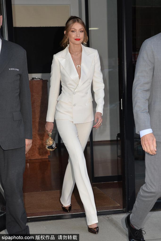 GIGI一身白西装现身活动,这样的打扮更惹眼!