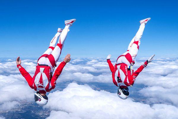 云端起舞!大牛雙人跳傘演繹華麗高空雙人舞