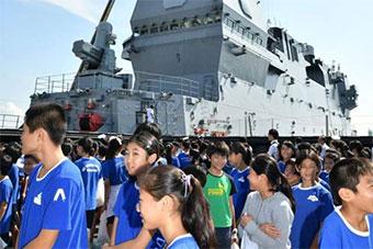日准航母抵达新加坡 当地日本小学生登舰参观