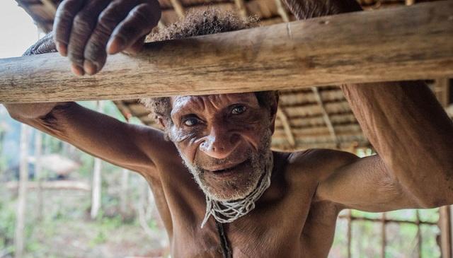 """摄影师揭印尼""""食人族""""科罗威部落神秘生活日常"""