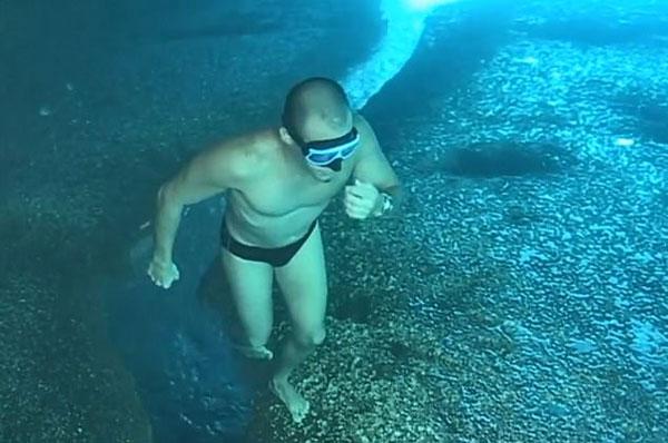 """幻像?委内瑞拉潜水达人水中倒立上演""""海底漫步"""""""