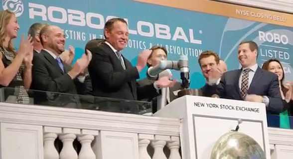 纽约证券交易所用协作机器人敲响收市钟