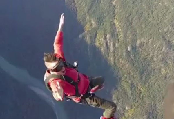 惋惜!加拿大歌手站机翼上拍MV飞机失控不幸遇难