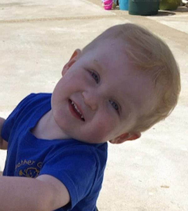 惊呆!英2岁男童一周内长出尖牙似吸血鬼