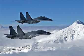 歼11B战斗机高原民航机场起飞 和雪山为伴